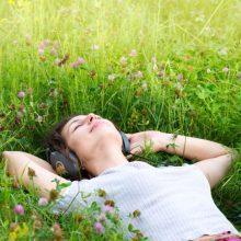 stresszoldás tiszta levegőn szabadban zene-hallgatás